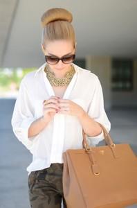 เสื้อเชิ้ต-สีขาว-Queens-Wardrobe-กางเกง-Zara-กระเป๋า-Prada-รองเท้า-Zara-แว่นตากันแดด-Gucci