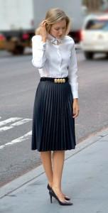 เสื้อเชิ้ตขาว-Brooks-Brothers-กระโปรงสีน้ำเงินเทา-Zara-รองเท้า-Ralph-Lauren-เครื่องประดับที่ปกเสื้อ-Asos