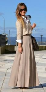 เสื้อเชิ้ตสีขาว-Uterqüe-กระโปรงสีเบจ-Bershka-สเว็ตเตอร์-Zara-รองเท้าบู๊ท-Natura-กระเป๋า-Carolina-Herrera