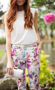 กางเกงลายดอกไม้-สีขาว-Warehouse-เสื้อแขนกุดสีขาว-Warehouse-กระเป๋า-Warehouse-แว่นตากันแดด-Warehouse