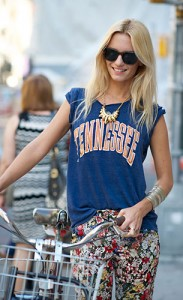 กางเกงลายดอกไม้-เสื้อยืดสีน้ำเงิน-สร้อยคอสีทอง-Pamela-Love-Anna-Katerina