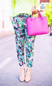 กางเกงลายดอกไม้-Anthro-สเว็ตเตอร์สีเขียวนีออน-BB-Dakota-รองเท้า-Seychelles-กระเป๋าสีชมพู-Kate-Spade