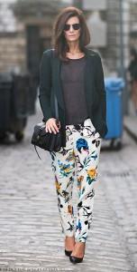 กางเกงลายดอก-สีขาว-Tibi-เสื้อยืดสีดำ-Acne-แจ็คเก็ตสีเขียว-Hofmann-Copenhagen-รองเท้า-Zara-กระเป๋า-Proenza-Schouler