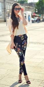 กางเกงลายดอก-สีน้ำเงิน-Sheinside-เสื้อสีขาว-HM-เสื้่อคลุมสีพีช-Sheinside-รองเท้า-Stradivarius-กระเป๋า-Glitter