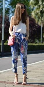 กางเกงลายดอก-สีน้ำเงิน-Zara-เสื้อขาวแขนกุด-Zara-รองเท้าสีน้ำตาลอ่อน-Zara-กระเป๋าสีชมพู-Zara