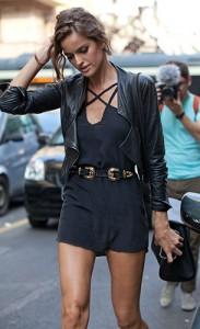 เข็มขัดสองหัว-เดรสสีน้ำเงินเทา-แจ็คเก็ตหนัง-Milan-Fashion-Week
