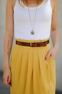 เข็มขัดหนังสีน้ำตาล-เสื้อกล้ามสีขาว-Gap-กระโปรงสีเหลือง-Darling-รองเท้า-Blowfish