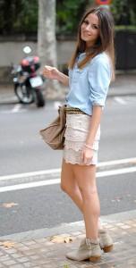 เข็มขัด-Zara-เสื้อเชิ้ตสีฟ้า-Zara-กระโปรงลายลูกไม้สีเบจ-Forever-21-รองเท้าบู๊ท-Zara-กระเป๋า-Balenciaga