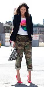 กางเกงลายทหาร-เสื้อยืดสีขาวสกรีน-เสื้อสูทสีดำ-รองเท้าสีชมพู-Tanya-Ilieva