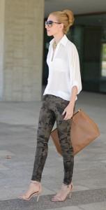 กางเกงลายทหาร-Zara-เสื้อเชิ้ตสีขาว-Queens-Wardrobe-รองเท้า-Zara-กระเป๋า-Prada-แว่นตากันแดด-Gucci