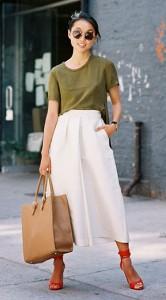 กางเกง-Culottes-สีขาว-เสื้อยืดเขียวทหาร-รองเท้าสีแดง