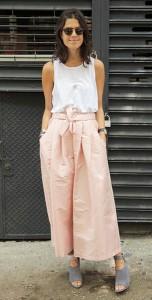 กางเกง-Culottes-สีชมพู-Tome-เสื้อกล้ามสีขาว-T-by-Alexander-Wang-รองเท้าสีเทา-Alexander-Wang
