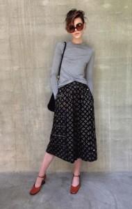 กางเกง-Culottes-สีดำ-Marc-Jacobs-เสื้อยืดแขนยาว-สีเทา-Zara-รองเท้า-Prada-แว่นตากันแดด-Prada