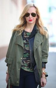 เสื้อยืดลายทหาร-Equipment-แจ็คเก็ตสีเขียวทหาร-Current-Elliott-กางเกงยีนส์หนัง-J-Brand-รองเท้าบู๊ท-Zara