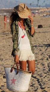 เสื้อเชิ้ตลายทหาร-Zara-เสื้อกล้ามสีขาว-Oysho-กางเกงขาสั้นลายลูกไม้-สีขาว-Zara