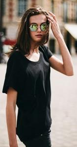 แว่นตากันแดด-กรอบกลมสีทอง-เสื้อยืดสีดำ-กางเกงยีนส์สีดำ-Marylou