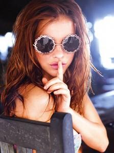 แว่นตากันแดด-กรอบกลม-สีเงิน-ลายลูกไม้-Barbara-Palvin