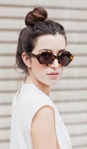 แว่นตากันแดด-กรอบลายเสือ-Karen-Walker-เสื้อสีขาว-Bassike-กระโปรง-Bardot-รองเท้าบู๊ท-Asos-กระเป๋า-Alexander-Wang