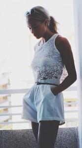 เสื้อลายลูกไม้สีขาว-กางเกงขาสั้นสีขาว