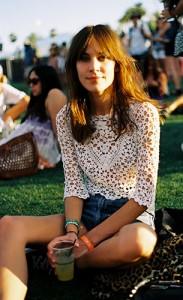 เสื้อลายลูกไม้สีขาว-กางเกงยีนส์ขาสั้น-Coachella-2013