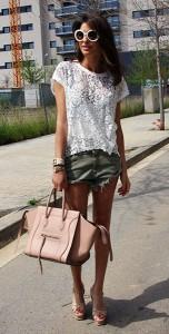 เสื้อลูกไม้สีขาว-Konato-กางเกงยีนส์ขาสั้น-Zara-รองเท้า-Yves-Saint-Laurent-กระเป๋า-Céline-แว่นตากันแดด-Prada