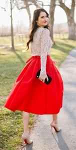 เสื้อลูกไม้สีเบจ-Milly-กระโปรงสีแดง-Tibi-รองเท้าส้นสูง-Christian-Louboutin-กระเป๋าคลัทช์-Juicy-Couture