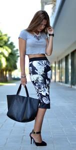 กระโปรงทรงดินสอ-สีดำลายดอกไม้ขาว-Zara-เสื้อครอปเทา-Stradivarius-รองเท้าส้นสูง-Primark-กระเป๋า-Parfois