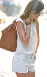 ชุดสีขาว-Zara-กางเกงยีนส์ขาสั้น-Chloe-Sevigny-แว่นตากันแดด-Karen-Walker