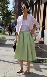 รองเท้าส้นเตี้ย-เสื้อคลุมสีชมพู-เสื้อยืดสีขาว-กระโปรงบานสีเขียว