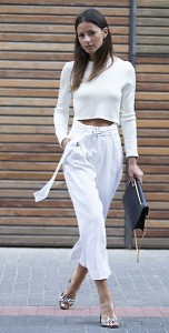 เสื้อครอปแขนยาวสีขาว-Zara-กางเกงสีขาว-Zara-รองเท้า-Zara-กระเป๋า-Saint-Laurent