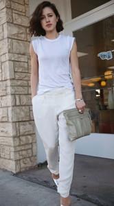 เสื้อยืดสีขาว-Vince-กางเกงสีขาว-Rebecca-Taylor-รองเท้า-Jimmy-Choo-กระเป๋าคลัทช์-Balenciaga