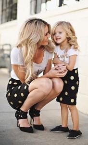 กระโปรงลายจุด-Inspired-By-Tess-สีดำจุดสีทอง-เสื้อยืดสีขาวสกรีนทอง-Groopdealz-รองเท้า-GoJane
