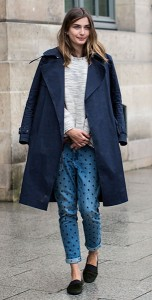 กางเกงยีนส์-Polka-Dot-สเว็ตเตอร์สีเทา-เสื้อโค้สีน้ำเงิน