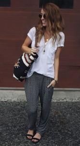 กางเกง-Harem-ลายสีดำ-Jennifer-Lopez-for-Kohls-เสื้อยืดคอวีสีขาว-Urban-Outfitters-รองเท้า-Shoemint-กระเป๋า-Target