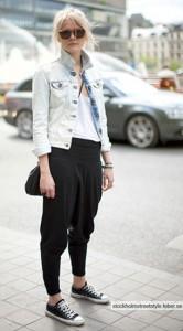 กางเกง-Harem-สีดำ-เสื้อยืดสีขาว-แจ็คเก็ตยีนส์-รองเท้าผ้าใบ