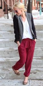 กางเกง-Harem-สีแดง-Urban-Outfitters-เสื้อยืดสีขาว-J.-Crew-เสื้อสูทสีเทาแขนสีดำ-J.-Crew-รองเท้าลายเสือดาว-Payless
