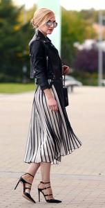 กระโปรงพลีทสีขาวสีดำ-Asos-แจ็คเก็ตหนัง-Nasty-Gal-สเว็ตเตอร์สีดำ-The-Row-รองเท้า-Gianvito-Rossi-กระเป๋า-Chanel