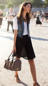 กระโปรงพลีทสีดำ-เสื้อยืดสีขาว-เสื้อกั๊กยีนส์