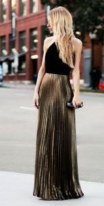 กระโปรงพลีทสีทอง-Laundry-By-Shelli-เสื้อสีดำ-กระเป๋าคลัทช์-Alexander-McQueen