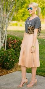 กระโปรงพลีทสีนู้ด-Zara-เสื้่อยืดสีเทา-Shop-Candy-Apple-รองเท้าส้นสูง-Zara-กระเป๋าคลัทช์-Clare-Vivier