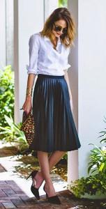 กระโปรงพลีทสีน้ำเงิน-Topshop-เสื้อเชิ้ตสีขาว-J.Crew-รองเท้า-Dorsay-กระเป๋าคลัทช์ลายเสือดาว-Clare-Vivier