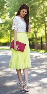 กระโปรงพลีทสีเหลือง-Asos-เสื้อลายลูกไม้สีขาว-Topshop-รองเท้าส้นสูง-Jimmy-Choo-กระเป๋า-Saint-Laurent