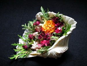 Cheerful_Roses_potpourri_with_rose_scented_pelargonium_leaves_in_oyster_shell